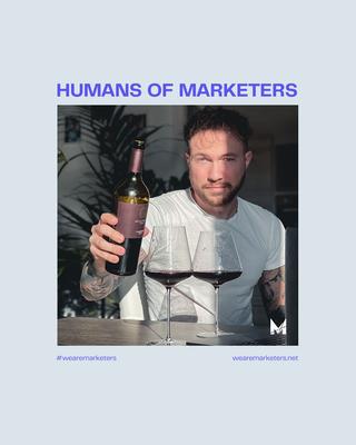 Kan een afbeelding zijn van 1 persoon en de tekst 'HUMANS OF MARKETERS #wearemarketers wearemarketers.net'