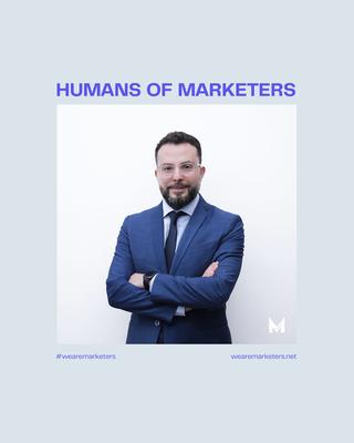 Kan een afbeelding zijn van 1 persoon, pak en de tekst 'HUMANS OF MARKETERS #wearemarketers M wearemarketers.net'